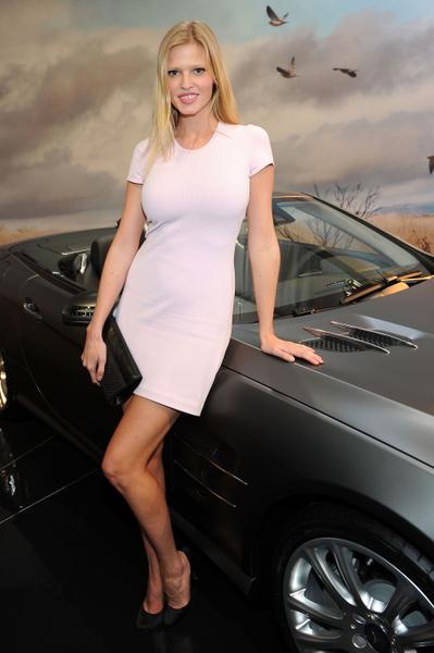 2012年2月13日,勞拉•斯通在紐約奔馳車展上。(圖/Getty Images)