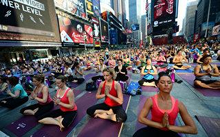 數千紐約客 時報廣場做瑜珈
