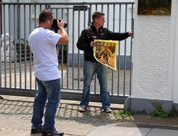 丹麥日報《號外》記者丹•安德森來到中共駐哥本哈根使館。他在使館門口要求採訪中使館,被拒絕,(攝影:林達/大紀元)
