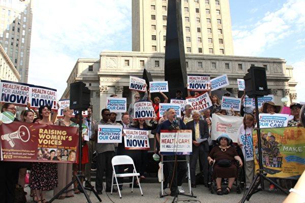 同時在聯邦大樓門前,有數十人為高院的裁決慶祝。(攝影:蔡溶/大紀元)