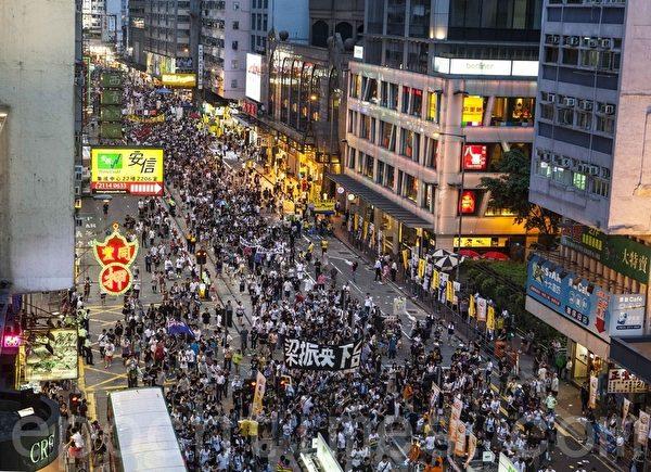 """""""七‧一""""大游行,40万人上街要求梁振英下台,矛头直指共产政权。(摄影:余钢/大纪元)"""