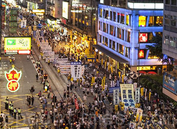 法轮功学员的游行阵列,呼吁中国民众退出中共党、团、队,解体中共。(摄影:余钢/大纪元)