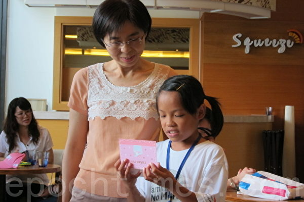 范惠瑩小姐每月以信用卡捐款資助已7年了,小熙(化名)以感謝卡表達謝意。(攝影:楊小敏/大紀元)