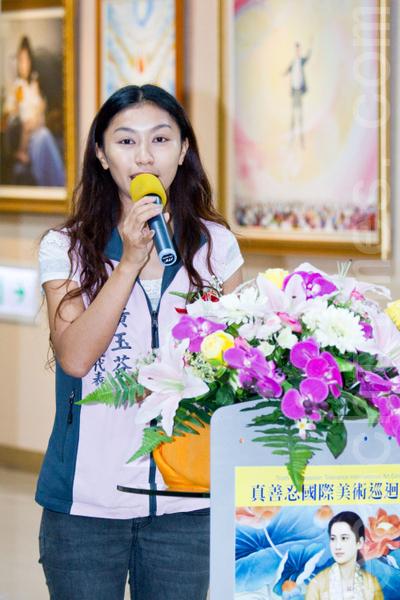 真善忍國際美術巡迴展覽7日在彰化市婦女學苑展出,彰化市市民代表黃玉芬到場祝賀。(攝影:陳柏州 / 大紀元)