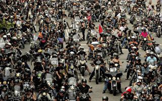 组图:哈雷摩托节 15000辆轰隆游街