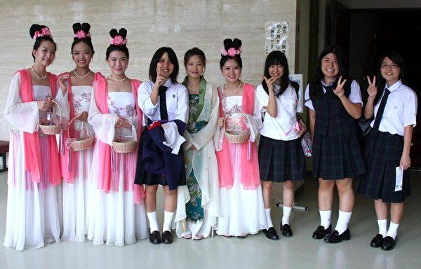 学生们非常喜欢仙女赠送的小莲花书签并纷纷要求合影。(摄影:李贤珍/大纪元)