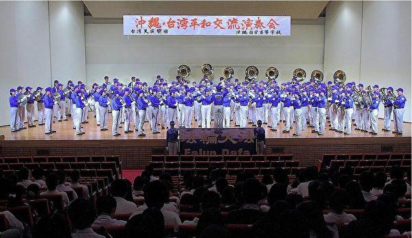 """天国乐团在""""丰见城市中央体育馆""""为冲绳高中生演奏《花》《泪光闪闪》《送宝》等,获得热烈掌声。(摄影:李贤珍/大纪元)"""