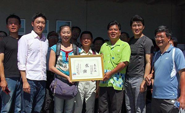 天国乐团到冲绳演出,获得自治会长赠送的感谢状。(摄影:李贤珍/大纪元)