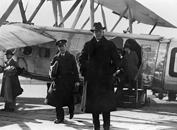 20世紀最著名的俄羅斯作曲家、鋼琴家兼指揮,俄羅斯浪漫主義傳統的最後一位偉大倡導者謝爾蓋•拉赫馬尼諾夫(Sergei Rachmaninov)(前)。(AFP/Getty Images)