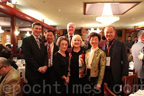 維省政要及嘉賓在7月7日晚的開幕晚宴上合影。(攝影:劉珍/大紀元)