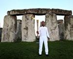 7月12日,倫敦奧運火炬接力進入第55天,田徑短跑名將邁克爾‧約翰遜(Michael Johnson)在巨石陣手握火炬開始當天的火炬傳遞。(圖片來源:Getty Images)