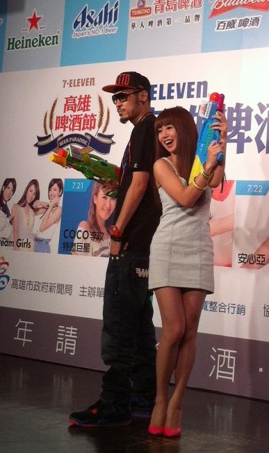 郭书瑶和热狗二人在台上相互用水枪喷洒对方。(图/种子提供)