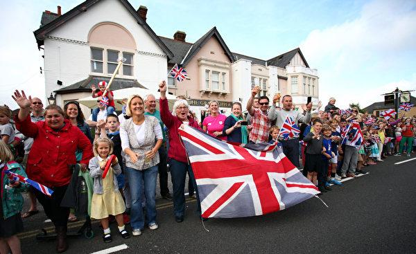 人群等待奥运火炬经过多塞特(Dorset)郡的普尔(Poole)。(图片来源:Getty Images)
