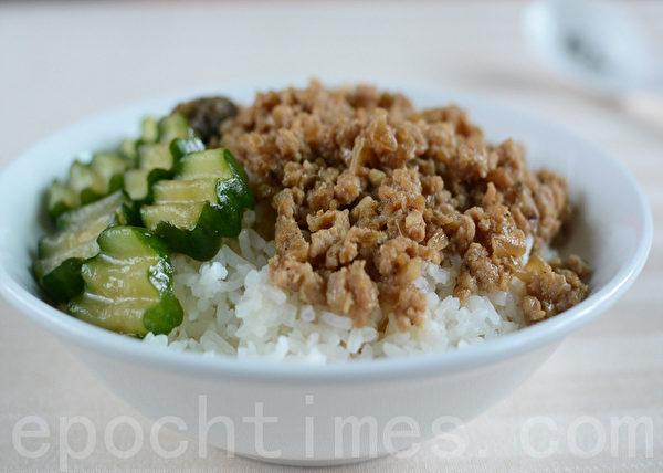 香喷喷的肉燥,切片的小黄瓜,拌饭食用,炎夏简速的美味。(摄影:林秀霞 / 大纪元)