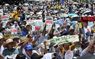 """日本政府在6月宣布重启关西电力的大饭核电厂后,令反核民众相当不满,决定在16日举行""""10万人反核大游行"""",但参加者踊跃,据主办单位估计约有20万人涌入会场。(YOSHIKAZU TSUNO/AFP/GettyImages)"""