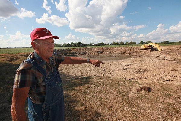 2012年7月16日,美國中西部旱災,在伊利諾伊州阿什利附近農民將池塘挖深。(Scott Olson/Getty Images)