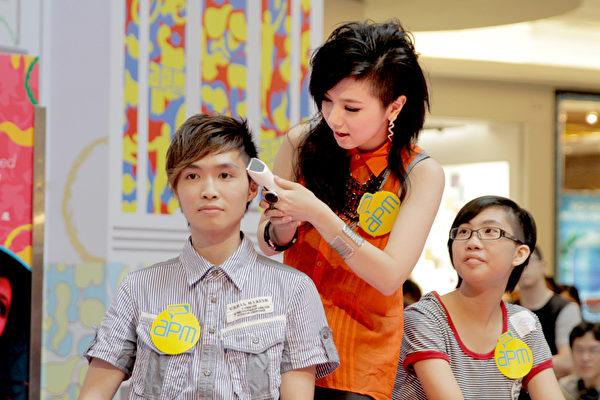 邓紫棋当发型师帮歌迷剃发POSE不及格。(图/公关公司提供)