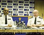 7月16日,倫敦警察廳副警長克雷格·麥基(右)和鄰裡警務負責人、指揮官馬克頓·切斯迪(左)在倫敦新蘇格蘭警場召開記者會。(攝影:梁思成/大紀元)