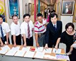 台灣社會主流人士按手印呼籲「全面釋放被關押法輪功學員」的行動已經匯集至1800人,並於7.20當天,將此手印支持書寄給中共國務院總理溫家寶。(攝影:陳柏州/大紀元)