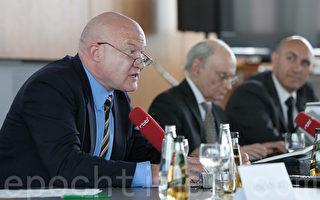 """""""在十字路口的移植医学""""研讨会于2012年7月18日在柏林召开,图为(左起)美国作家葛特曼、加拿大律师麦塔斯和法国医生金。(摄影:吉森/大纪元)"""