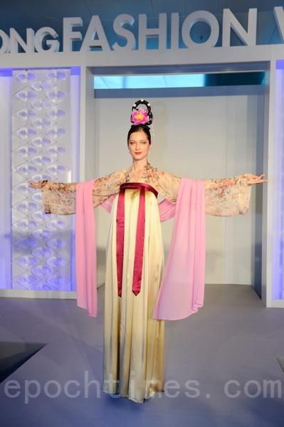《如夢》:唐代齊胸襦裙,全真絲質料,令人如入夢中,再見古典之美。(攝影:祥龍/大紀元)