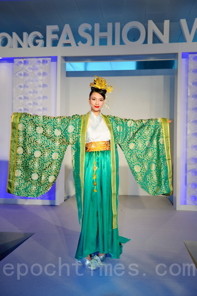 《富貴》系列:唐代禮服,大袖衫,大牡丹的綠色雪紡衫,內襯淺綠,整體協調高貴。(攝影:祥龍/大紀元)