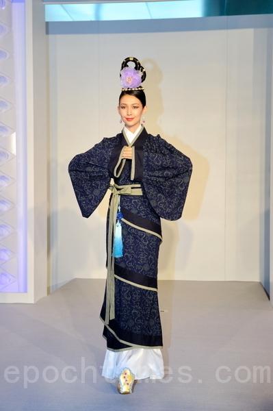 《緣》系列:漢代曲裾,純棉的深藍色鳳凰造型,是典型的漢代的圖案。(攝影:祥龍/大紀元)