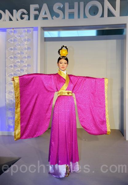 《富貴》系列:唐代禮服,玫瑰色的大袖,和金黃搭配。(攝影:祥龍/大紀元)