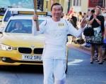 7月23日,「大英帝國勳章」獲得者倫敦中華學校校長張志強先生參加奧運火炬接力。(攝影:大紀元/李景行)