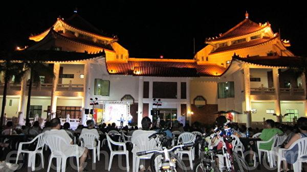 週六、日晚間華燈初上時,可於蓮潭物產館欣賞到街頭藝人表演,而住在蓮潭國際會館的人也可以來這裡傾聽音樂。(攝影:林秀文/大紀元)