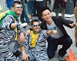 來自中國廣州的劉先生(右)第一次來到倫敦,他和巴西支持者共慶倫敦奧運開幕。(攝影:梁思成/大紀元)