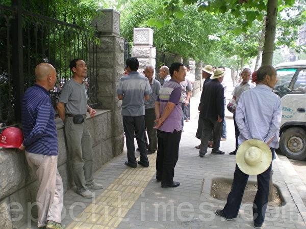 雁塔建设公司工人到陕西省人大上访(本文作者提供)