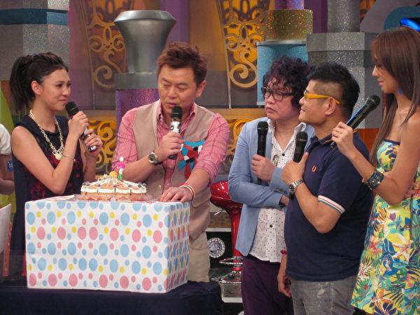 节目最后推出大蛋糕,告诉庹宗康这只是个整人计划。(图/福斯国际电视提供)