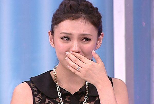 朱芯仪泪洒摄影棚,不断向来宾道歉。(图/福斯国际电视提供)