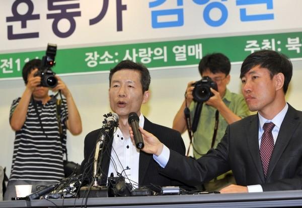 韩国人权活动家金永焕遭中共监禁四个月后,于7月20日获释。图为7月25日金永焕在首尔召开新闻发布会。(JUNG YEON-JE/AFP)