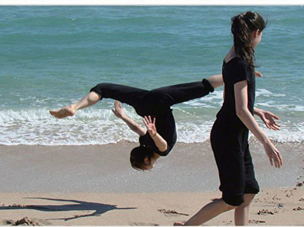 神韻舞蹈演員陳超慧在海灘上的一個即興空翻,那是她們今年在佛羅里達州勞德代爾堡(Ft. Lauderdale)巡迴演出時忙裡偷閒到海邊的放鬆。(神韻臉書)
