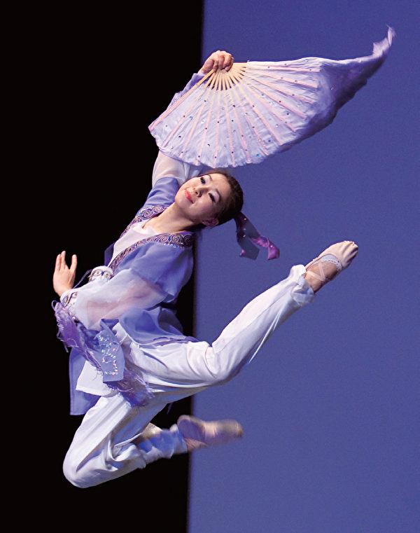 李晶晶一身淡紫衣、手持大紫扇,舞姿酣暢,把女扮男裝讀書的《少年英台》呈現得飄逸俊秀。(攝影/愛德華)