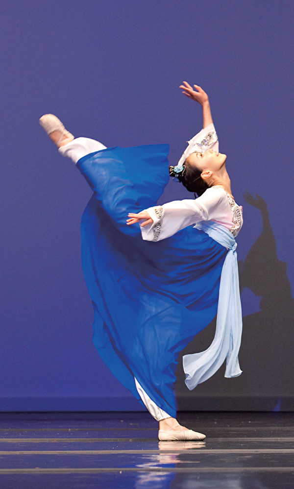 劉心怡的《嫦娥奔月》,輕盈的身軀透出一股稚氣,喝了仙藥後飄然欲飛去的舞步使人如臨其境,以藝術呈現了一個好奇、天真的嫦娥。