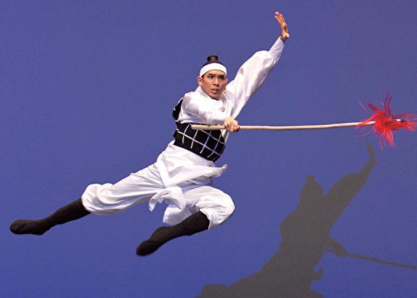 趙亮詮釋的《趙雲》一身飄逸的斜披、長衣擺,手持長槍,一路上從果敢到細膩,生動地呈現了《三國》裡俊美、忠貞的趙雲。