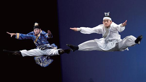李詳諝(左)、李寶園合作跳雙人舞《七步成詩》,戲劇張力十足。(攝影/戴兵)