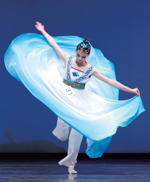 陳佳伶的《仙舞清泉》綺思異想,把一泓清泉旋舞在舞臺上。(攝影/愛德華)