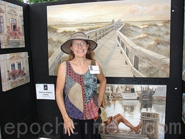 來自加州的油畫畫家 Georgia Janisse女士和她的作品。(攝影:尹婉/大紀元)