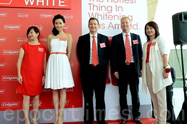 陈法拉(左2)出席牙膏品牌活动。(摄影:邝天明/大纪元)