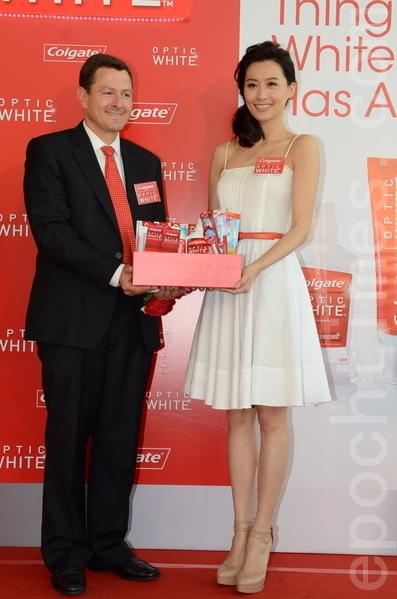 陈法拉(右)出席牙膏品牌活动。(摄影:邝天明/大纪元)