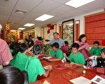 至孝笃亲公所赠送纪念手提袋给参访的纽英崙青少年中文夏令营学员。(摄影﹕冯文鸾/大纪元)