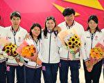 香港奥运代表团由英国伦敦返港,勇夺铜牌的单车选手李慧诗(中)表示心情兴奋,感谢家人及教练支持。(摄影:宋祥龙/大纪元)