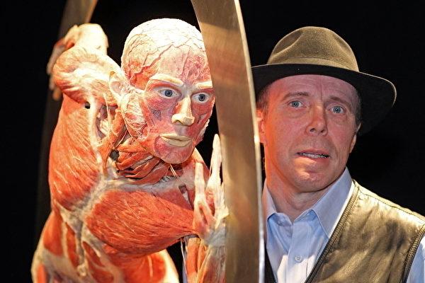中國《瞭望東方》雜誌報導說,哈根斯表示,哈根斯公司研發、生產的80%都在大連分公司。圖為德國醫生哈根斯和他的屍體展標本。圖為哈根斯(Gunther von Hungens)與人體標本。(AFP)