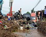 一场大雨让北京露了馅,也让整个中国随之露了馅:金玉其外,败絮其中。北京百姓愤怒地说,看似一幅现代化模样的北京市,其实就是一座巨大的豆腐渣工程。  (AFP/GettyImages)