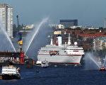 """""""德国号""""游轮驶入码头的壮观场面(Joern Pollex/Bongarts/Getty Images)"""