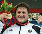 四年前德国运动员施泰纳在北京奥运会上获得超重量级举重冠军。(Al Bello/Getty Iamges)